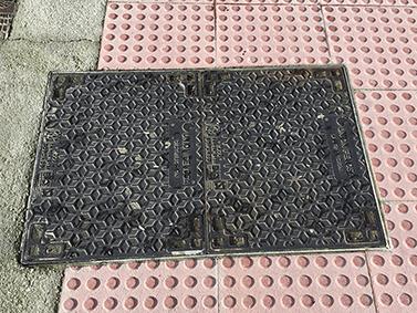 ptif_bt517-tapa-metalica-sobre-chan-de-baldosas-de-cemento